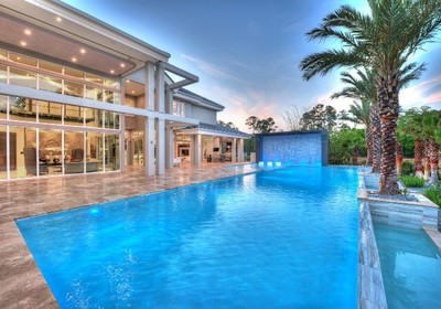 A Pool with Personality: Custom Home Builders' Guide to Enchanting Outdoor Spaces